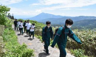 八幡平の美しい景観を眺めながら散策する平舘高の生徒