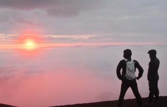 雲海から昇る朝日=1日午前4時10分、岩手山山頂(報道部・桜岡流星撮影)