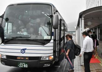 運行が始まった釜石仙台線のバスに乗り込む市民ら