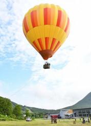 空高く浮かび上がる熱気球で空の旅を楽しむ体験会参加者。観光客の新たな呼び水になる