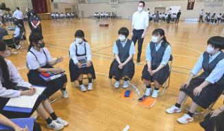地域の今後について調べた成果を基に意見を交わす岩手大付属中(左側)と山田高の生徒