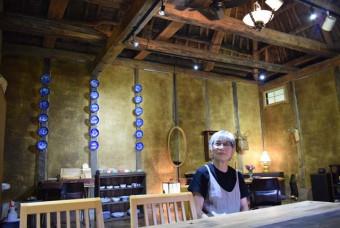 かやぶき屋根と土壁の温かみに包まれる山田千保子さんのカフェ