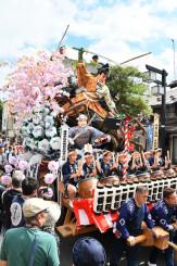 華やかな山車が練り歩き、沿道の観衆を魅了した盛岡秋まつりの八幡下りパレード=2019年9月、盛岡市