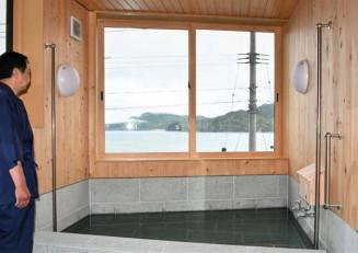 大槌湾を見ながら入浴できるオーシャンVの浴室。豊かな自然と食を満喫できる