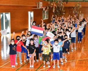 パラグアイのパラリンピック選手と交流する一戸小の児童たち