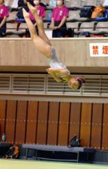 女子団体 城東を初優勝に導いた伊藤美優の床運動。伊藤は個人総合も制した=盛岡市・県営体育館