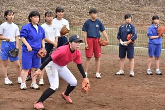 オープンスクールで中学生に守備の手本を見せる盛岡誠桜高の生徒(手前)