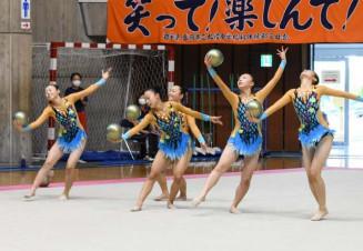女子団体 息の合った演技で初優勝をつかんだ水沢南=盛岡市・県営体育館