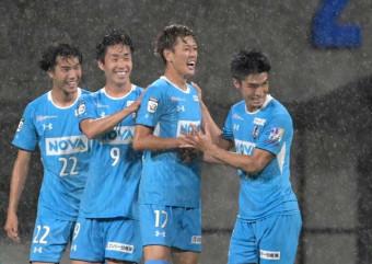 岩手-熊本 後半8分、岩手のMF中村太亮(右から2人目)が同点ゴールを決め、チームメートと喜ぶ=熊本市・えがお健康スタジアム