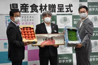 全農県本部が提供した野菜や牛肉のパネルを掲げる(左から)小田伸一理事長、林伸彦副本部長、小川智学長