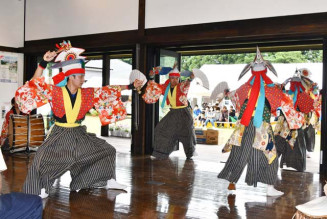 鶏舞を披露する本寺地区神楽のメンバー