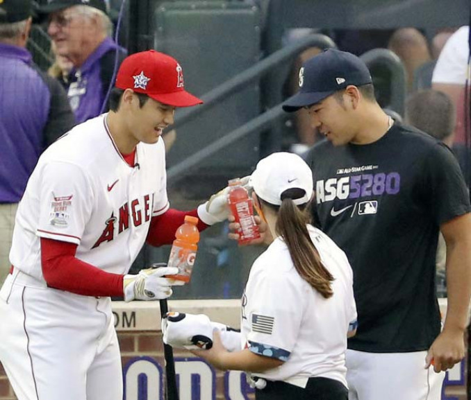 本塁打競争1回戦の合間に、マリナーズ・菊池雄星(右)から飲み物を受け取るエンゼルス・大谷翔平=12日、デンバー(共同)