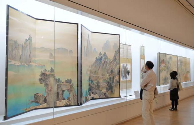 卓越した筆致の名品が並ぶ会場。山元春挙の「瑞祥」(左)は、蓬莱山の宮殿を雄大に描き、見る人を圧倒する
