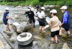 活動24年、最後の水生生物調査 本年度に閉校する岩泉・大川小