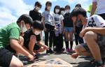 路面標示設置、児童が協力 花巻・東和小で作業体験