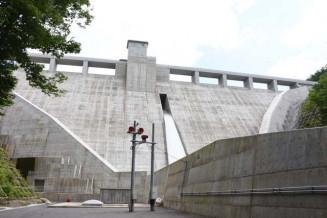 18日に完工式を迎える簗川ダム。利水、治水、発電の多目的ダムとしての役割が期待される=16日、盛岡市川目