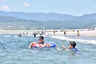 11年ぶりに海開きした高田松原海水浴場=17日、陸前高田市