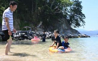オランダ島海水浴場で水遊びを楽しむ親子連れ