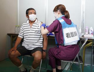 盛岡市の集団接種を受ける来場者
