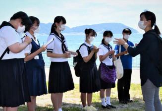 菊池のどかさん(右)から震災当時の状況を聞く高校生