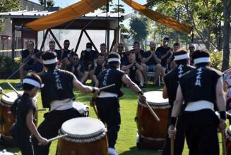 力強い太鼓の演奏に盛大な拍手を送るカナダの選手ら