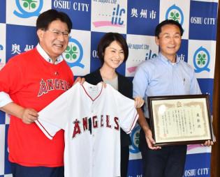 小沢昌記市長から表彰状と記念品を受けた石川智深さん(中央)と石川英行社長(右)