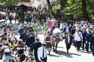春の藤原まつりが開幕し毛越寺を出発する東下り行列=2019年5月、平泉町