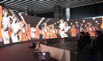 180度の巨大パノラマスクリーンで盛岡さんさ踊りなどの映像が楽しめる東北ハウス=22日、東京・秋葉原