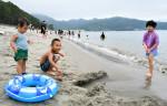 海開き、砂浜に響く歓声 釜石・根浜海岸、震災後初の全面開放
