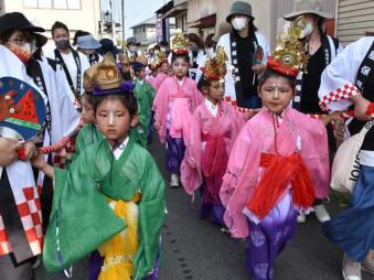色鮮やかな行列衣装を身にまとい、大泉院周辺を練り歩く子どもたち