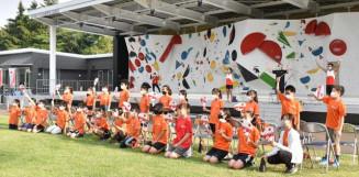 スポーツクライミングのカナダ代表選手と交流を楽しむ子どもたち