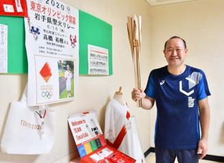 地元のプールでトーチを展示し、五輪を盛り上げる高橋祐樹さん