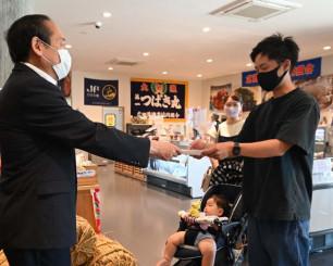 戸羽太市長から認定書を受ける佐藤優成さん(右)
