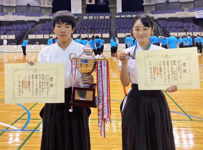 男子個人試合で初優勝した女ケ沢綜磨(左)と女子個人試合で5位に入った柴田彩蓮=25日、鹿児島市・西原商会アリーナ