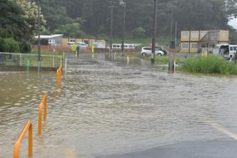 冠水により通行止めとなった県道=28日午前8時45分、陸前高田市米崎町