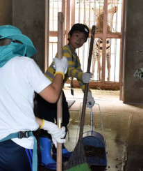 シマウマの獣舎を掃除する子ども