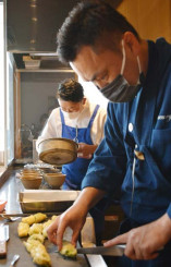 料理を仕上げる渡辺大佑シェフ(手前)と鹿沢靖幸シェフ