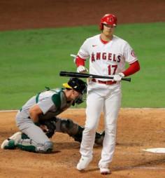 アスレチックス戦の5回、四球を選び一塁へ向かうエンゼルス・大谷翔平=アナハイム(共同)