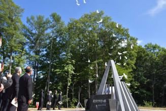 墜落事故から50年の日に空の安全を願い、放たれたハトの形の風船=30日、雫石町西安庭・森のしずく公園