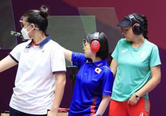 女子25メートルピストル予選後半 出場した佐々木千鶴(中央)=自衛隊朝霞訓練場