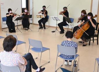 弦楽六重奏の音色を住民らに披露したコンサートキャラバン