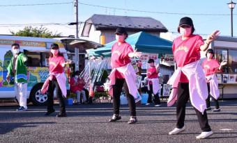 開会に合わせ、息の合った踊りを披露する町商工会女性部のメンバーら