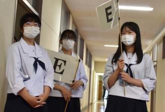 オープンスクールで説明を受ける女子中学生を見守る(左から)小松汐鈴さん、佐々木心優さん、菊地柊花さん