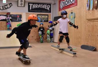 スケートボードを楽しむ子どもたち。五輪効果で人気が高まっている=盛岡市・マリブ盛岡室内練習場