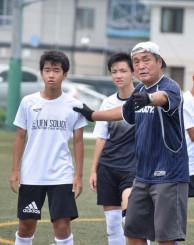 東北大会に向け指導に力を入れる古前田充さん(右)。選手の日々の成長を誰よりも楽しみにする