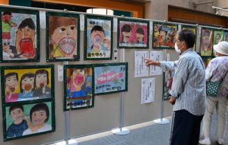 歯と口を題材とした生き生きとした図画やポスターなどが並ぶ作品展