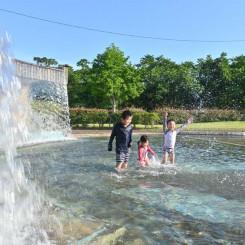 照りつける太陽の下、水しぶきを上げる子どもたち=3日、宮古市長町・水道公園