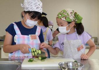 野菜を切る児童