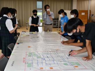 避難所対応を校内図に書き込む生徒たち