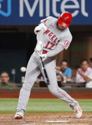 レンジャーズ戦の5回、二塁打を放つエンゼルス・大谷翔平=アーリントン(共同)